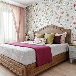 Удачное сочетание для дизайна помещения: хозяйская спальня в стиле современная классика с разноцветными стенами, светлым паркетным полом и бежевым полом - самое интересное для вас