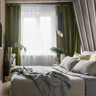 На фото: маленькие хозяйские спальни в современном стиле с белыми стенами и мраморным полом без камина