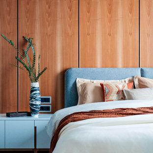 Идея дизайна: хозяйская спальня в современном стиле с коричневыми стенами