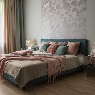 На фото: хозяйские спальни в современном стиле с светлым паркетным полом и бежевым полом