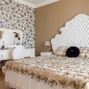 Пример оригинального дизайна: хозяйская спальня в стиле современная классика с разноцветными стенами, светлым паркетным полом и бежевым полом