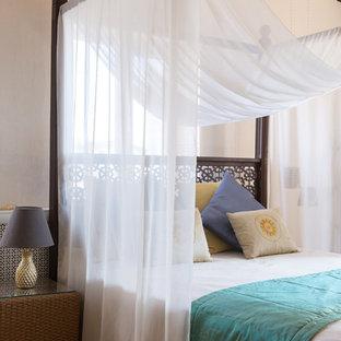Свежая идея для дизайна: хозяйская спальня в морском стиле с белыми стенами - отличное фото интерьера