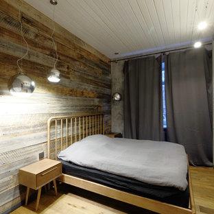 Foto de dormitorio principal, urbano, pequeño, sin chimenea, con paredes grises, suelo de madera en tonos medios y suelo naranja