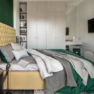 На фото: хозяйские спальни в современном стиле с зелеными стенами