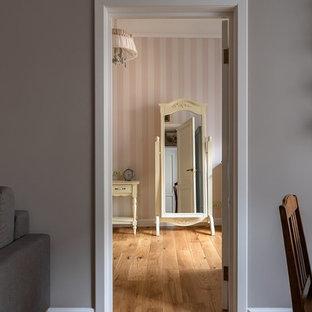Свежая идея для дизайна: маленькая спальня в стиле кантри с серыми стенами и деревянным полом - отличное фото интерьера