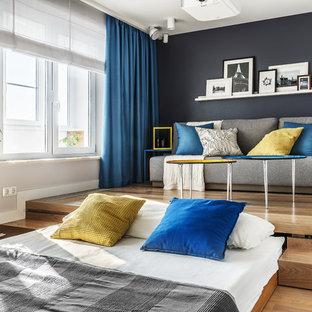 Идея дизайна: спальня в современном стиле с синими стенами, светлым паркетным полом и бежевым полом