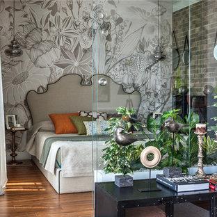 Неиссякаемый источник вдохновения для домашнего уюта: маленькая хозяйская спальня в стиле фьюжн с серыми стенами, паркетным полом среднего тона и оранжевым полом