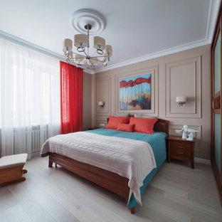 Неиссякаемый источник вдохновения для домашнего уюта: хозяйская спальня в стиле современная классика с бежевыми стенами, светлым паркетным полом и серым полом