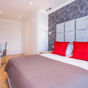 Foto de dormitorio principal, clásico renovado, de tamaño medio, sin chimenea, con paredes grises y suelo de madera clara