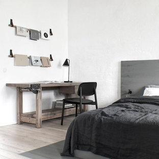 Exemple d'une petit chambre parentale industrielle avec un mur blanc, un sol beige et un sol en bois clair.