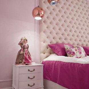 Modelo de dormitorio principal, clásico renovado, de tamaño medio, con paredes rosas, suelo laminado y suelo gris