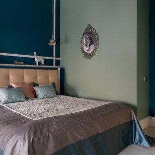На фото: хозяйская спальня среднего размера в стиле современная классика с зелеными стенами и светлым паркетным полом без камина с
