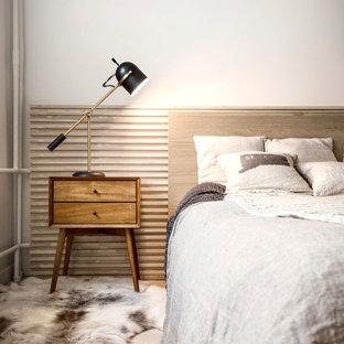 Modelo de dormitorio principal, nórdico, pequeño, con paredes blancas y suelo laminado