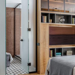 На фото: хозяйская спальня среднего размера в современном стиле с белыми стенами, паркетным полом среднего тона и коричневым полом