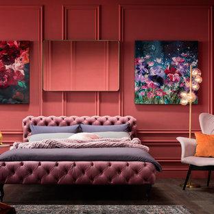 На фото: большая хозяйская спальня в стиле фьюжн с красными стенами, темным паркетным полом и коричневым полом с