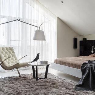 Пример оригинального дизайна: большая хозяйская спальня в современном стиле с бежевыми стенами, светлым паркетным полом и белым полом