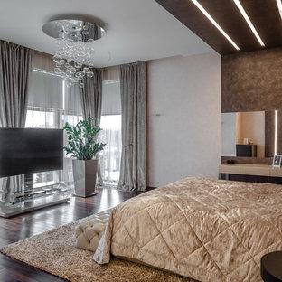 Выдающиеся фото от архитекторов и дизайнеров интерьера: большая хозяйская спальня в современном стиле с темным паркетным полом, коричневым полом и разноцветными стенами без камина