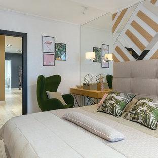 На фото: хозяйская спальня в современном стиле с белыми стенами, светлым паркетным полом и бежевым полом с