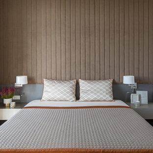 На фото: хозяйская спальня в современном стиле с бежевыми стенами с