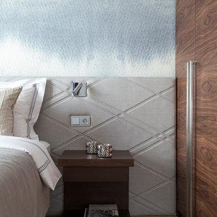 Идея дизайна: маленькая хозяйская спальня в современном стиле с светлым паркетным полом, серыми стенами и бежевым полом