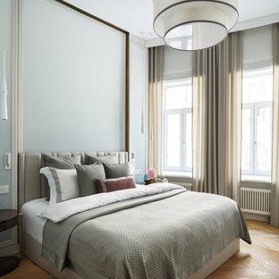Неиссякаемый источник вдохновения для домашнего уюта: хозяйская спальня в современном стиле с серыми стенами и светлым паркетным полом