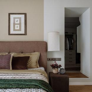 Неиссякаемый источник вдохновения для домашнего уюта: хозяйская спальня в современном стиле с белыми стенами, паркетным полом среднего тона и бежевым полом