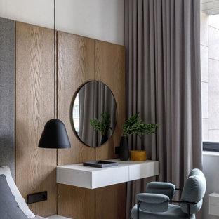 Идея дизайна: хозяйская спальня среднего размера в современном стиле с белыми стенами, светлым паркетным полом и бежевым полом