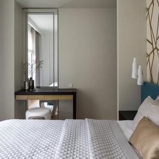 Свежая идея для дизайна: хозяйская спальня в современном стиле с бежевыми стенами - отличное фото интерьера