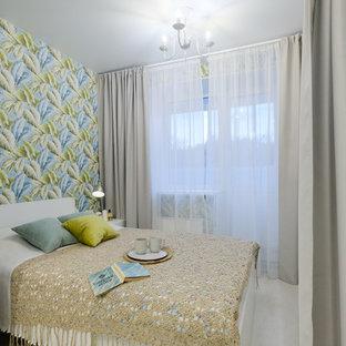 Foto de dormitorio principal, tropical, pequeño, con suelo laminado, suelo beige y paredes multicolor