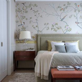 モスクワのトランジショナルスタイルのおしゃれな主寝室 (無垢フローリング、茶色い床、ベージュの壁) のレイアウト