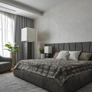 Пример оригинального дизайна: большая хозяйская спальня в современном стиле с серыми стенами и паркетным полом среднего тона
