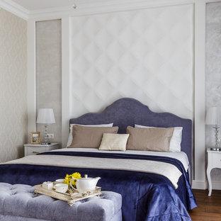Стильный дизайн: хозяйская спальня среднего размера в стиле современная классика с коричневым полом, серыми стенами и темным паркетным полом - последний тренд