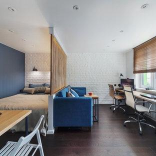 モスクワのコンテンポラリースタイルのおしゃれな寝室 (青い壁、濃色無垢フローリング、茶色い床、間仕切りカーテン) のレイアウト