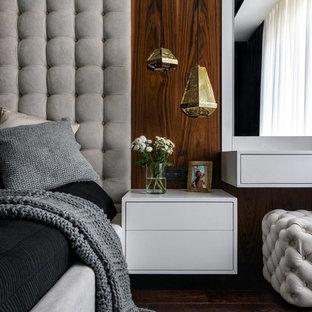 Свежая идея для дизайна: хозяйская спальня в современном стиле с темным паркетным полом, коричневым полом и коричневыми стенами - отличное фото интерьера