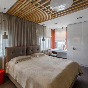 Cette photo montre une chambre tendance de taille moyenne avec un mur orange, un sol en bois foncé, aucune cheminée, un sol marron et un plafond en bois.