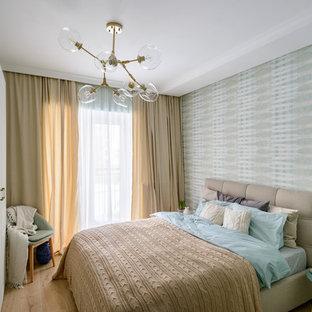 Идея дизайна: спальня в современном стиле с разноцветными стенами, паркетным полом среднего тона и коричневым полом