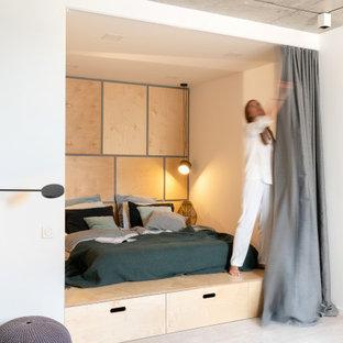 Источник вдохновения для домашнего уюта: спальня в скандинавском стиле с белыми стенами, серым полом и деревянными стенами
