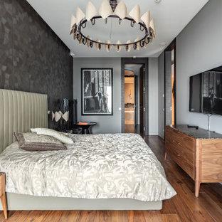 Источник вдохновения для домашнего уюта: спальня в современном стиле с серыми стенами, темным паркетным полом и коричневым полом