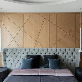 На фото: спальня в современном стиле для хозяев с