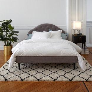Идея дизайна: хозяйская спальня в современном стиле с белыми стенами и паркетным полом среднего тона без камина