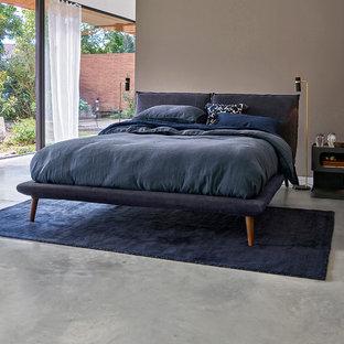 Пример оригинального дизайна: хозяйская спальня в современном стиле с серым полом, коричневыми стенами и бетонным полом без камина