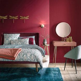 Пример оригинального дизайна: спальня в современном стиле с светлым паркетным полом и розовыми стенами без камина