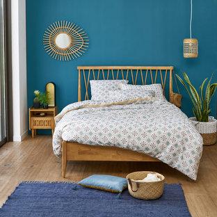 На фото: хозяйские спальни в современном стиле с синими стенами и паркетным полом среднего тона без камина