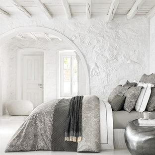 Неиссякаемый источник вдохновения для домашнего уюта: спальня с белыми стенами и белым полом
