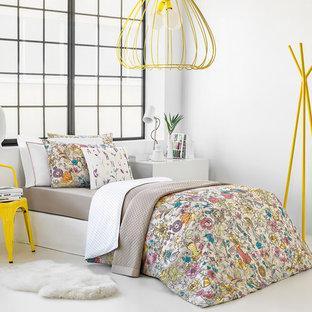 Идея дизайна: хозяйская спальня в скандинавском стиле с белыми стенами и белым полом