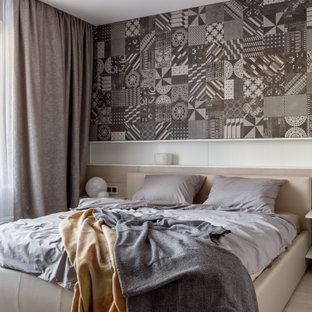 На фото: спальня среднего размера в современном стиле с серыми стенами, светлым паркетным полом, бежевым полом и обоями на стенах