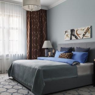 モスクワのトランジショナルスタイルのおしゃれな寝室 (青い壁) のインテリア