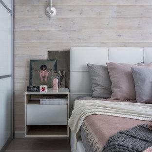 Неиссякаемый источник вдохновения для домашнего уюта: хозяйская спальня в скандинавском стиле с бежевыми стенами и коричневым полом