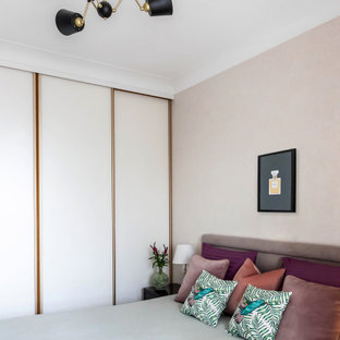 Inredning av ett klassiskt litet huvudsovrum, med grå väggar, laminatgolv och beiget golv