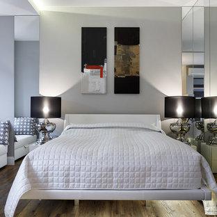Cette image montre une chambre parentale design de taille moyenne avec un mur gris et un sol en linoléum.